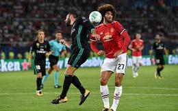 """Va chạm đến lệch cả mặt, Fellaini """"dở khóc dở cười"""" vì CĐV Man United"""