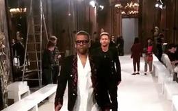 """Neymar, Alves thể hiện """"phong thái siêu mẫu"""" khi đi catwalk ở Tuần lễ thời trang Paris"""
