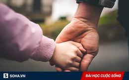1 cái nắm tay - cử chỉ đơn giản nhưng nhiều người đang ngại làm với bố mẹ!