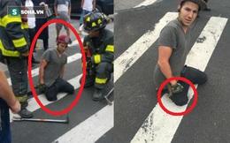 """Clip: Đang di chuyển trên đường, người đàn ông bất ngờ bị """"nuốt chửng"""" mất 1 chân"""