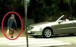 """Thô lỗ giục cụ già qua đường, người đàn ông """"đứng hình"""" trước phản ứng của bà cụ!"""
