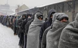 24h qua ảnh: Hàng dài người di cư chờ nhận đồ ăn trong mưa tuyết
