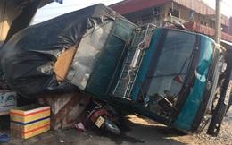 Bình Dương: Đứng mua nước mía, cô gái bị xe chở gỗ đè tử vong tại chỗ