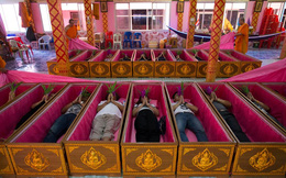 """24h qua ảnh: Nằm trong quan tài để """"hồi sinh"""" tại chùa Thái Lan"""