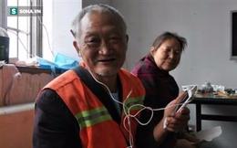 Bị mất điện thoại cũ, người lao công già nhận được món quà quý từ những sinh viên trẻ