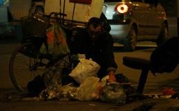 """Cụ ông tật nguyền, nhặt phế liệu trên phố Hà Nội và """"bàn tay"""" của người lạ"""