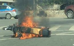 Hà Nội: Đang đi, xe máy bất ngờ cháy ngùn ngụt, người đàn ông hoảng loạn nhảy khỏi xe