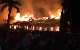 Thánh đường hơn 100 năm tuổi bốc cháy dữ dội trong đêm