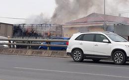 Xe tải chở nhiều xe máy bốc cháy dữ dội trên cầu Đông Trù