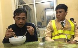 """Công an cứu giúp một """"người Ê Đê họ Nguyễn"""" bị ngất ven đường"""