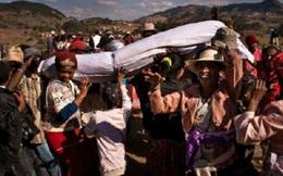 """""""Nhảy múa với xác chết"""" - tập tục cổ hủ đang có nguy cơ giết chết hàng triệu người"""