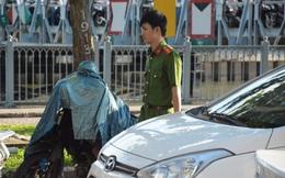 Người đàn ông chết gục trên xe máy ven đường ở Sài Gòn