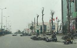 Dông lốc quật ngã hàng chục xe máy của người đi đường