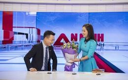 MC Thế Cương bất ngờ khi được Minh Hương tặng hoa nhân ngày Valentine