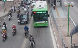 Xe máy tạt đầu, ô tô biển xanh bám đuôi buýt nhanh ngày đầu sau kỳ nghỉ Tết