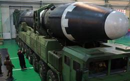 """Bức ảnh ông Kim Jong Un kiểm tra tên lửa hé lộ điều đáng sợ về  """"quái vật"""" của Triều Tiên"""