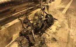 Lái xe rời khỏi hiện trường mặc xe máy cháy rụi