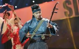 Nguyên Khang mặc kimono, chơi nhạc cụ dân tộc