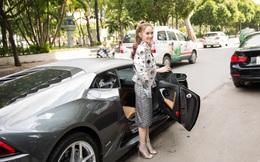 Hot girl đình đám Hà thành gây chú ý khi ngồi xe 15 tỷ đến sự kiện