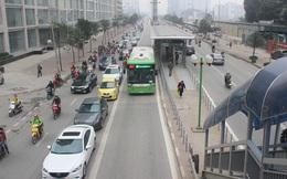 Hàng trăm ôtô nhường đường cho buýt nhanh sau kỳ nghỉ lễ