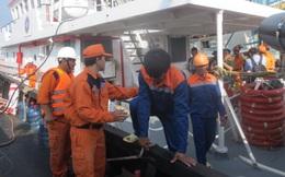 Cứu 10 thuyền viên tàu cá Bình Thuận gặp nạn trên biển