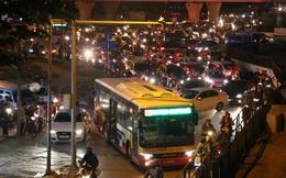 Xe buýt chết máy chắn ngang đường Xuân Thủy gây ùn tắc kéo dài