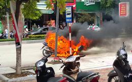 Kỹ năng thoát hiểm: Phải làm gì khi đang đi đột nhiên xe máy bốc cháy dữ dội?