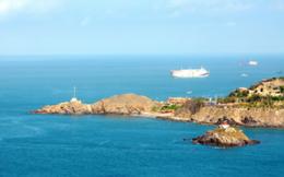 Bị tàu container đâm chìm, 6 thuyền viên rơi xuống biển
