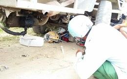 Hà Nội: Xe chuyên dụng của CSGT bị công nông đâm trúng