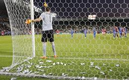 """Phũ phàng với CLB, mục tiêu của Real, Man United bị fan """"thả mưa tiền"""" vào người"""