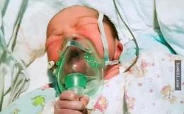 Kinh ngạc hình ảnh em bé vừa lọt lòng đã có ý chí tự biết cứu lấy mình