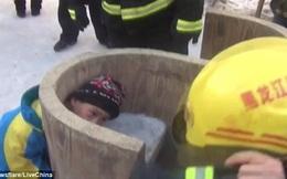 Bé trai 9 tuổi bị kẹt vào lỗ hổng ghế đá trong tình huống không thể giải thích được
