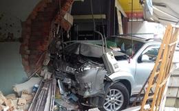 'Xế hộp' mất lái, tông sập nhà dân ở Kon Tum