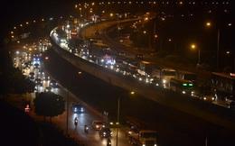 Hà Nội: Vành đai 3 ùn tắc nhiều tiếng đồng hồ, người dân vạ vật ngoài cao tốc bắt xe về quê trong đêm