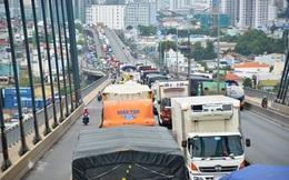 """Tài xế mắc võng ngủ vì hàng trăm xe """"chôn chân"""" trên cầu Phú Mỹ hơn 5 giờ"""