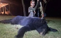 Bức ảnh bé gái 10 tuổi đứng cạnh con gấu đen nặng hơn 100 kg và câu chuyện bất ngờ đằng sau