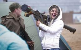 """Những quý cô đam mê vũ khí """"xâm chiếm"""" triển lãm quốc phòng thế giới"""