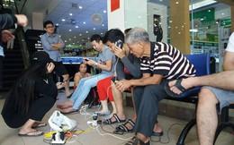 """Sau bão số 12: Nhiều người dân đến siêu thị sạc pin """"ké"""" và dùng wifi miễn phí"""