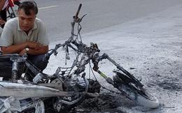 """Một phụ nữ suýt thành """"ngọn đuốc"""" khi xe máy cháy trơ khung"""