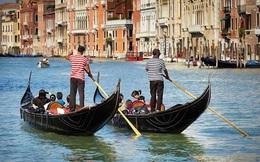 """Thích đi du lịch """"chùa"""", cặp tình nhân trộm thuyền vòng quanh Venice rồi lãnh ngay hậu quả thê thảm"""