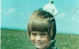 Bức ảnh em bé trên thảm cỏ nổi tiếng của thế kỷ: Bóng trắng đứng bên phải là ai?