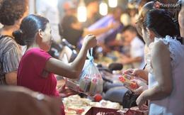 Người dân đổ xô ra vỉa hè mua bánh trung thu đại hạ giá 15.000 đồng/cái, giao thông hỗn loạn