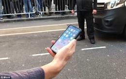 Dân tình đứng chờ mua iPhone X náo loạn vì có anh chàng vừa mua được máy đã tung lên trời cho rơi xuống đất