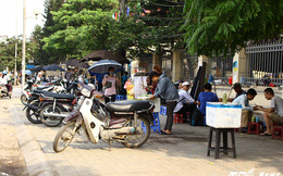 Hà Nội: Ngang nhiên tái chiếm vỉa hè, ăn cắp lòng đường, tấp nập buôn bán
