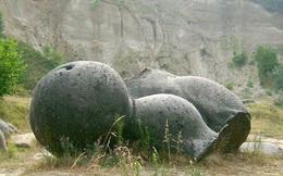 """Bí ẩn những hòn đá lớn lên như nấm sau mưa và còn """"biết đi"""""""