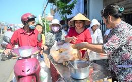 Chùa Bà Thiên Hậu: Du khách xúc động nhận nước uống, đồ ăn, giữ xe miễn phí