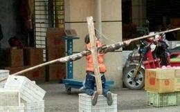 Không làm bài tập, cậu bé bị cha bắt quỳ và trói tay suốt nhiều giờ trên phố