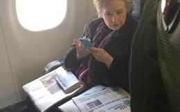 Điều gì khiến bức ảnh bà Clinton đọc báo gây bão?