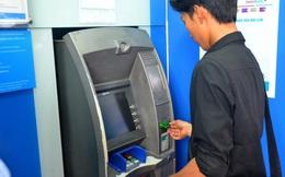 Vừa rút tiền từ ATM vừa lo