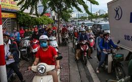 Kẹt xe kéo dài hơn 2km trên đại lộ Phạm Văn Đồng sau cơn mưa lớn ở Sài Gòn